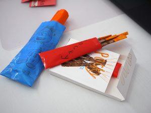 紙でお菓子制作の写真