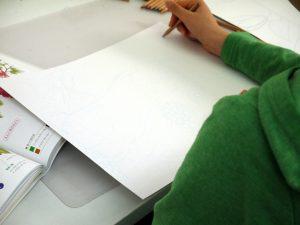 ボタニカルアートを描いている写真