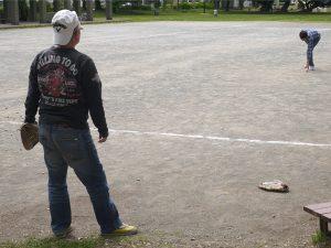 公園でキャッチボールをしている写真