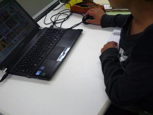 170502_パソコンで検索中の写真
