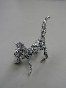 アルミホイルで制作したネコの写真